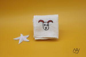 khăn mặt tơ tằm thêu tay họa tiết con dê 1