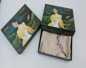quà tặng đối tác nước ngoài khăn lụa thêu lavender màu be 1