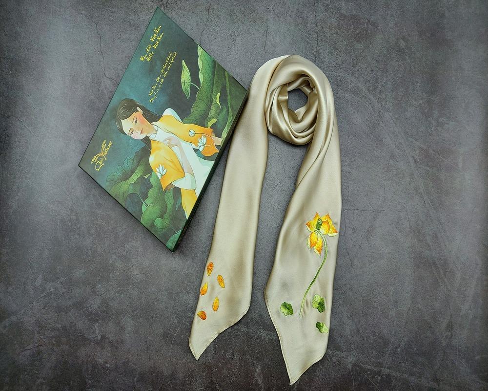 quà tặng đối tác nước ngoài khăn lụa thêu sen 2