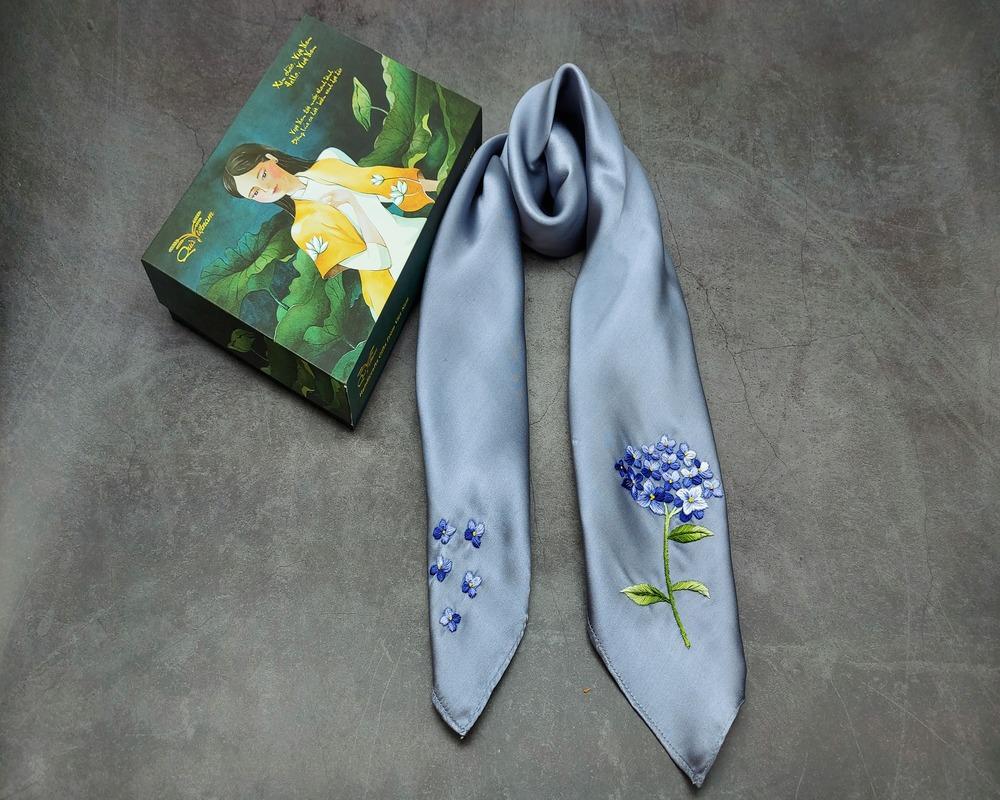 quà tặng n goại giao khăn lụa thêu cẩm tú cầu màu ghi 2