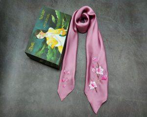 quà tặng ngoại giao khăn lụa thêu hoa anh đào màu hồng 2