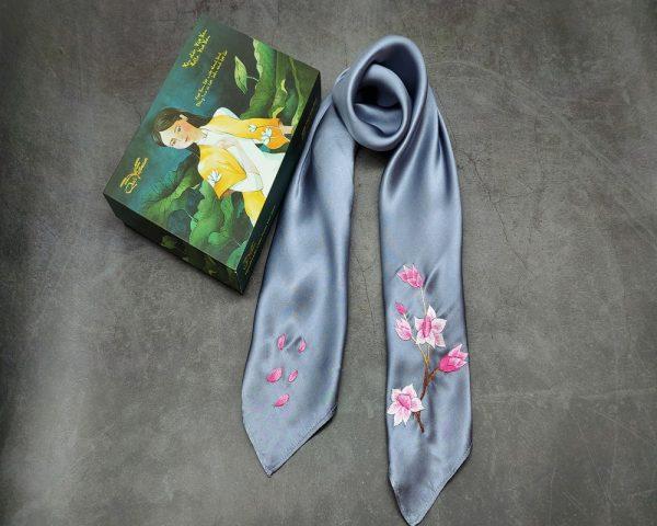 quà tặng ngoại giao khăn lụa thêu hoa anh đào màu ghi 2