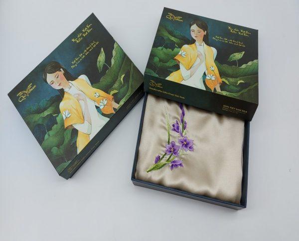 quà tặng ngoại giao khăn lụa thêu hoa lan tím màu be 1
