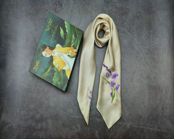 quà tặng ngoại giao khăn lụa thêu hoa lan tím màu be 2