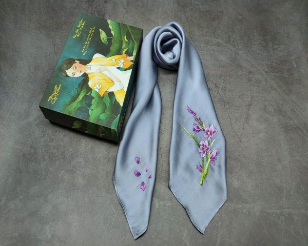 quà tặng ngoại giao khăn lụa thêu lan tím màu ghi 2