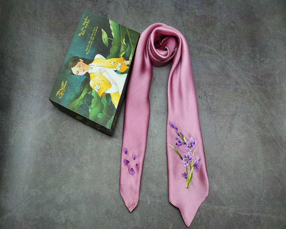quà tặng ngoại giao khăn lụa thêu lan tím màu hồng 2