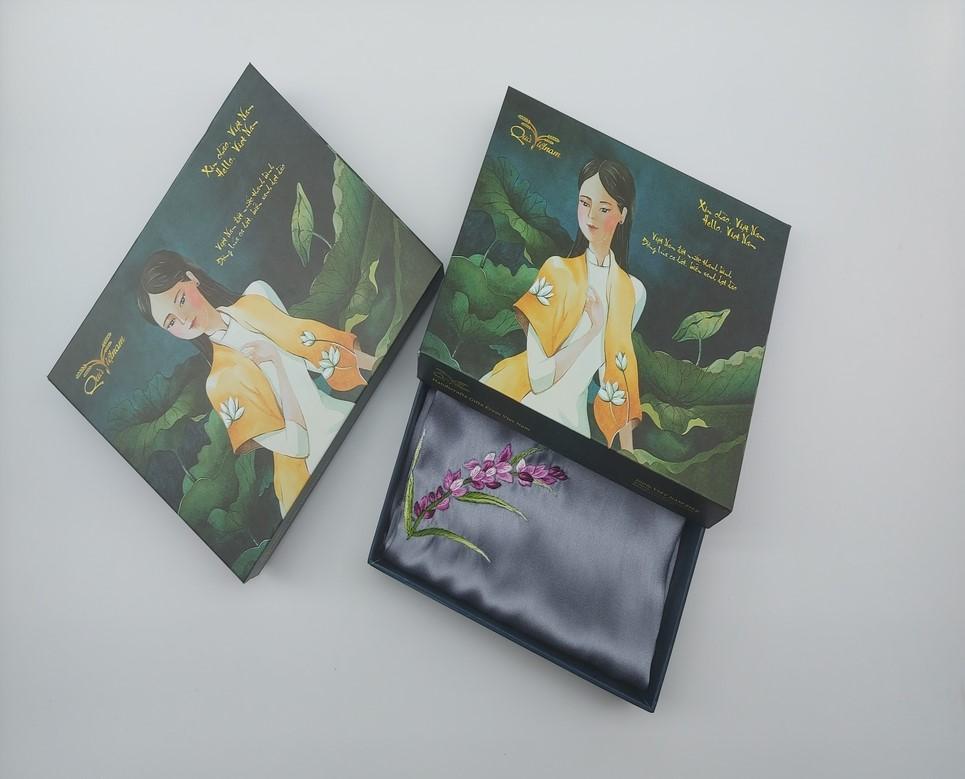 quà tặng ngoại giao khăn lụa thêu lavender ghi 1