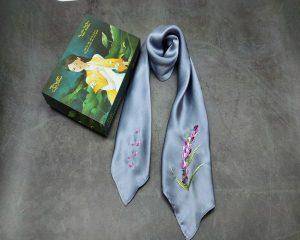 quà tặng ngoại giao khăn lụa thêu lavender ghi 2