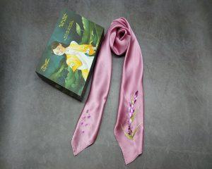 quà tặng ngoại giao khăn lụa thêu lavender hồng 2
