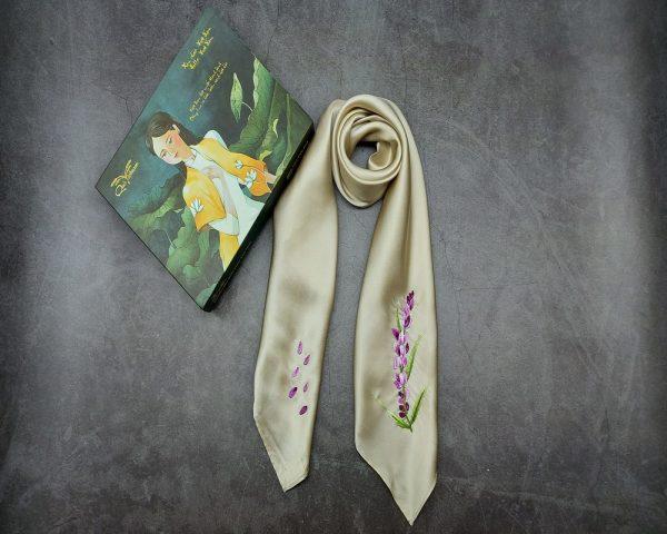 quà tặng ngoại giao khăn lụa thêu lavender màu be 2