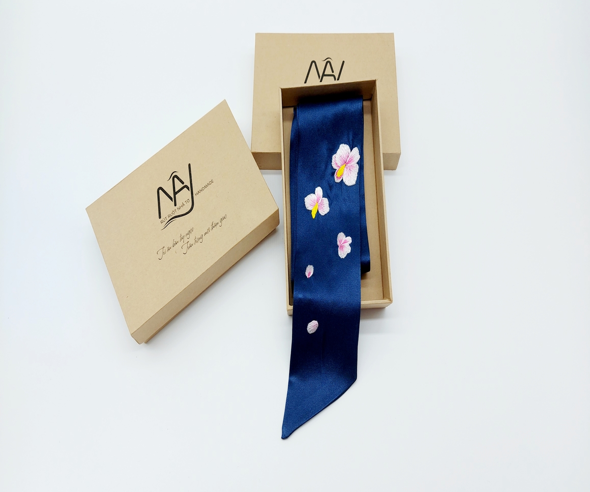 khăn lụa tơ tằm thêu tay hoa lan màu navy 1