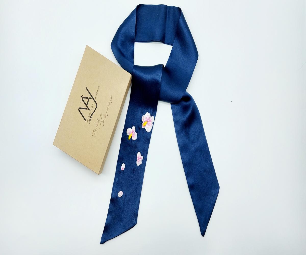 khăn lụa tơ tằm thêu tay hoa lan màu navy 2