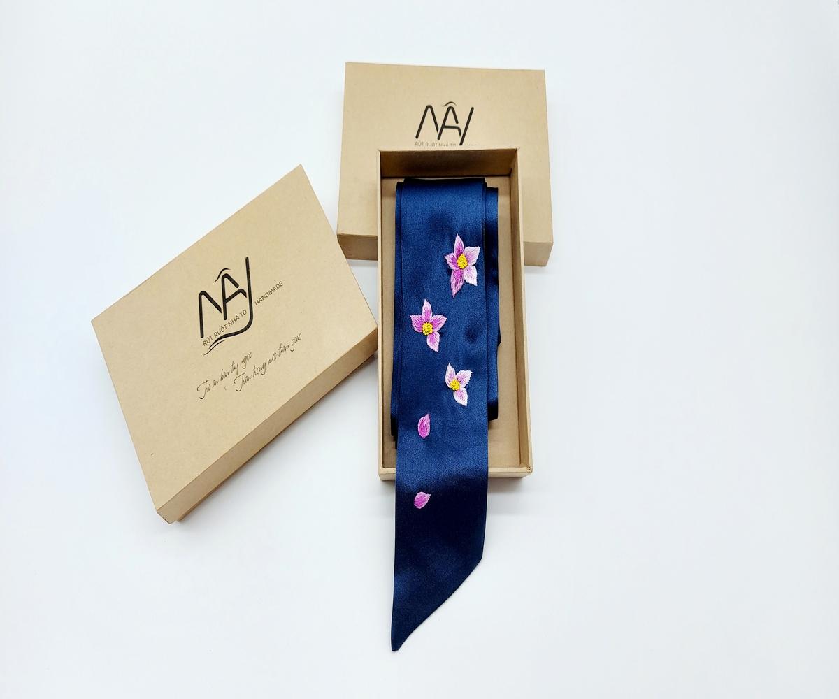 khăn lụa tơ tằm thêu tay hoa lan tím màu navy 2