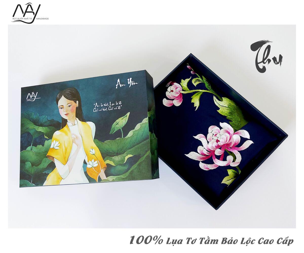 quà tặng đối tác nước ngoài khăn thêu hoa cúc màu navy 3