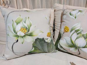 gối trang trí vẽ hoa sen trắng 3