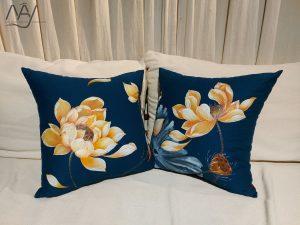 gối trang trí vẽ hoa sen vàng 3