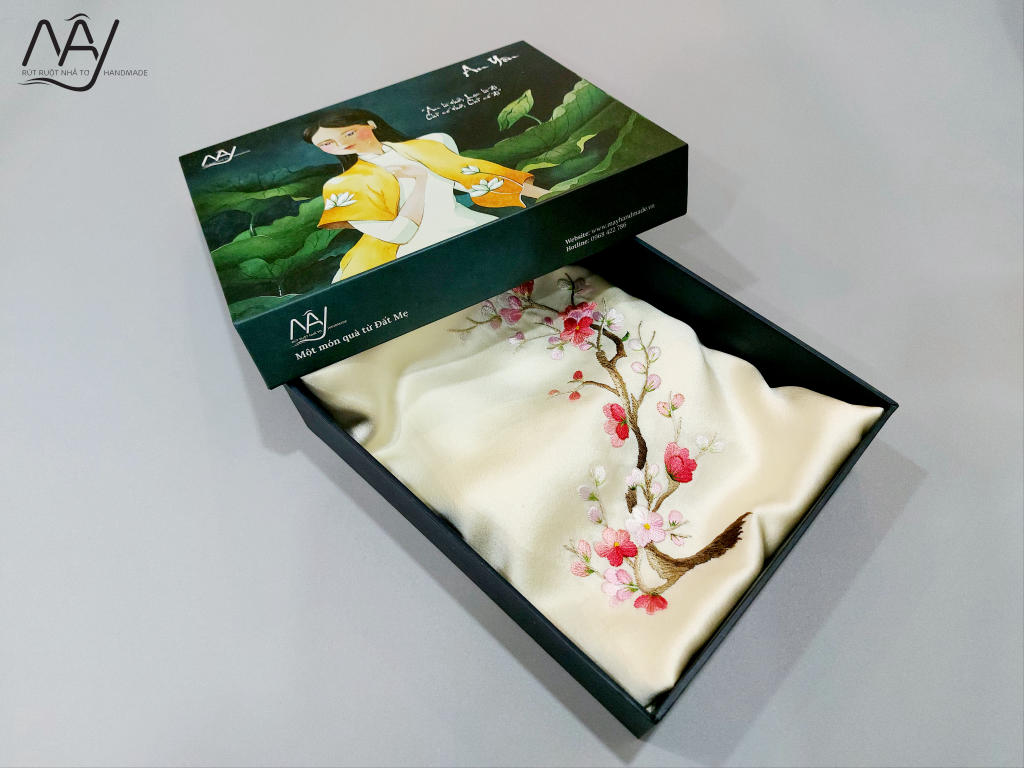 khăn lụa tơ tằm thêu tay hoa đào màu be